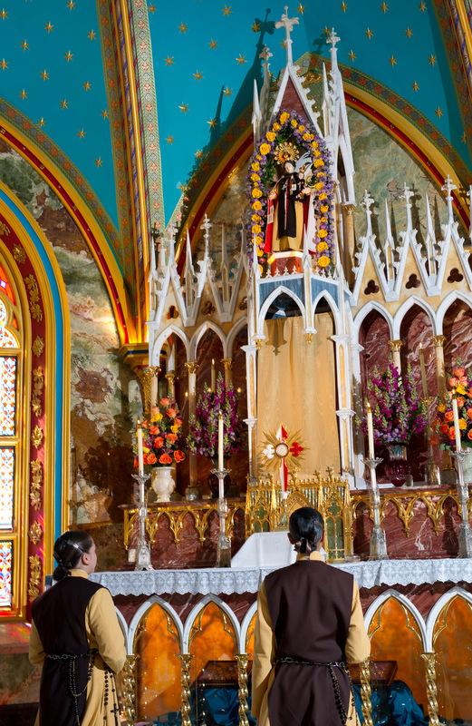 Suore degli Araldi del Vangelo pregano davanti al Santissimo Sacramento per i loro benefatori