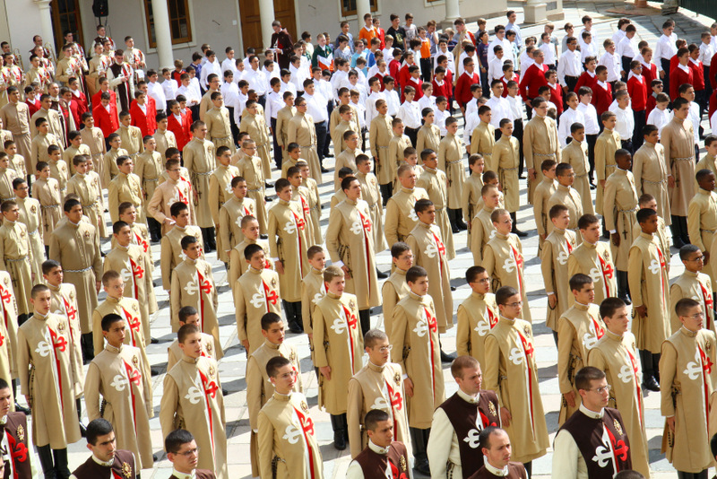 I postulanti degli Araldi se preparano per il ingressare nella Basilica Madonna del Rosario-001