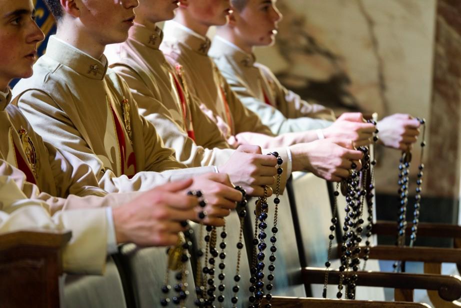 i-seminaristi-pregano-il-santo-rosario-una-delle-intenzioni-pregare-per-i-loro-benefatori
